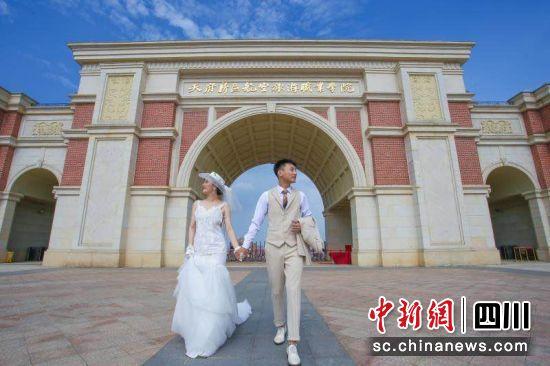 天航学生大学毕业三年后回母校拍婚纱照。
