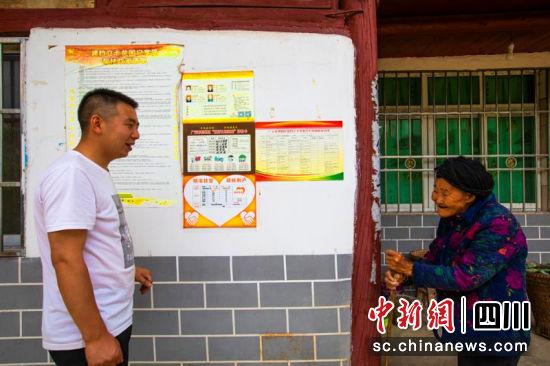 强远刚走访贫困户,与村民交谈。王森道 摄