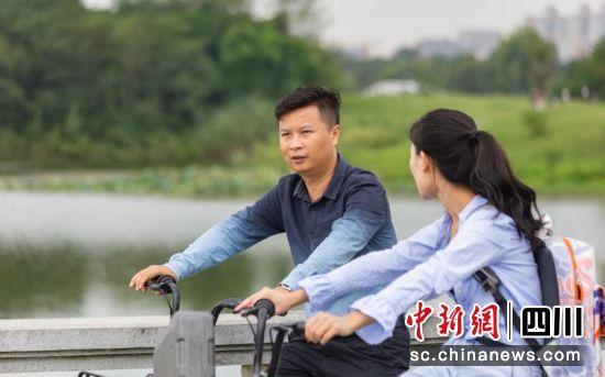 骑共享单车出行成为年轻人越来越喜爱的交通方式。 王炳林 摄