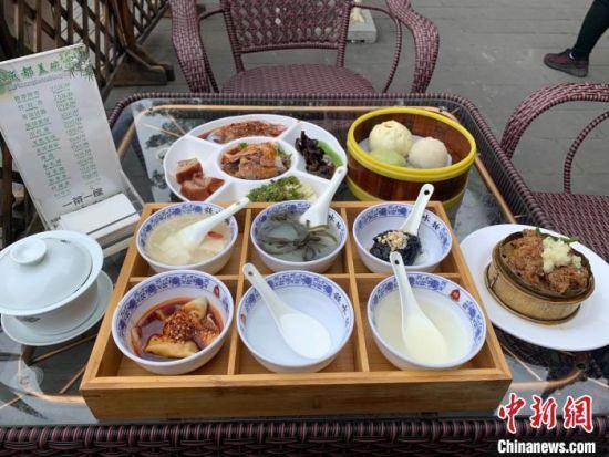 钟水饺文殊店传统小吃套餐。 杨予�E 摄