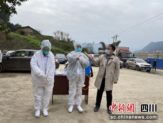 疫情应急演练医护人员穿戴防护服。杨群 摄