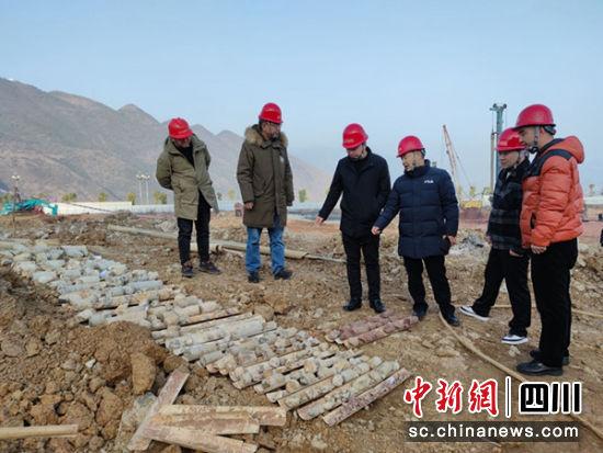 在巫山项目钻探现场查看岩芯。 九〇九水文地质工程地质队提供