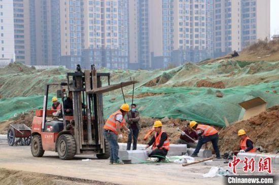 四川成都:成洛简快速路工地200多名工人春节不打烊