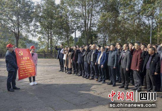剑阁县教育局在红军攻克剑门关纪念碑前重温入党誓词。王春波 摄