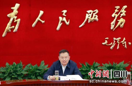 广安市委书记、统一战线工作领导小组组长李建勤主持会议并讲话。广安市委统战部供图