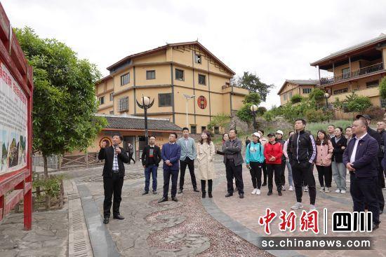 参观彝族村寨。
