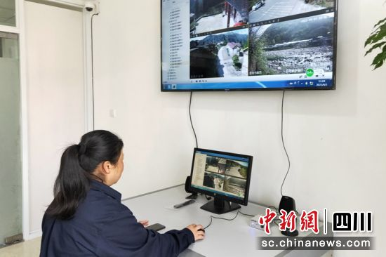 国网雅安供电公司利用可视化技术平台加强重要输电设施通道防山火监控。方关琼摄