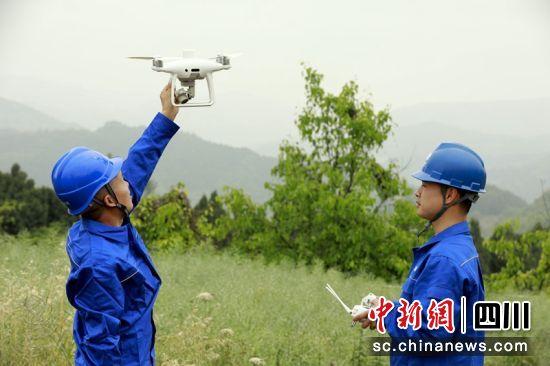 国网成都供电输电运检中心员工用无人机排查电力通电火患。陈红梅摄