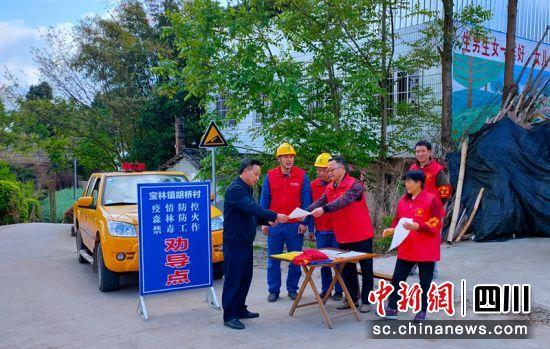 国网资阳乐至供电公司向村民宣讲防山火及安全用电重要性。龙晓燕摄