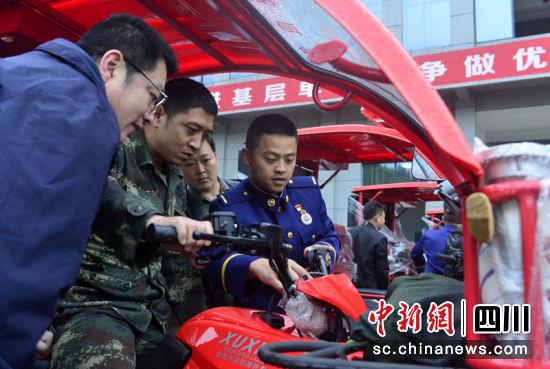 消防员现场讲解消防摩托车的操作方法。汪泽民 摄