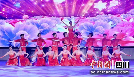 文艺工作者表演群舞《万紫千红》。记者刘忠俊摄