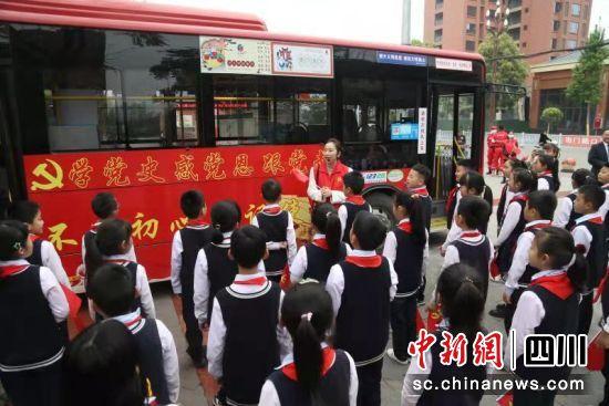 """学生代表参观了""""红色公交车""""。"""