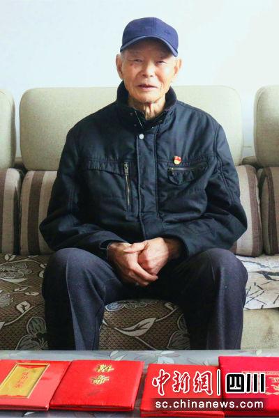 图为93岁的梁本恭老人。王春波摄