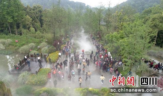 """""""三月三""""朝山会吸引不少游客。记者刘忠俊摄"""