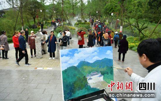 油画家在彭祖山景区内作画。记者刘忠俊摄