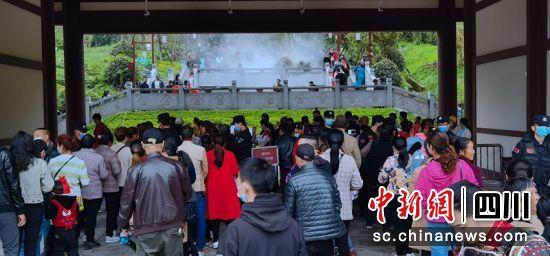 游客排队进入彭祖山景区。记者刘忠俊摄