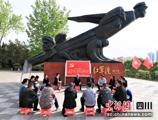 战斗老英雄在苍溪县红军渡讲述自己战斗历程。李廷杰摄