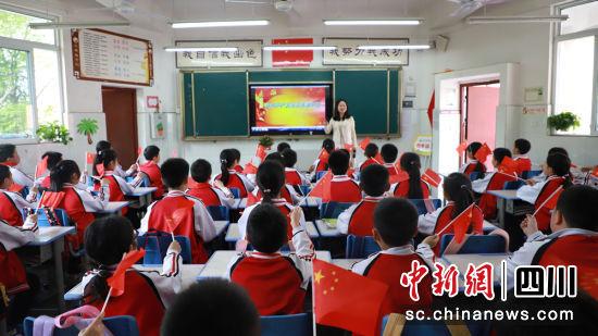 师生同唱《没有共产党就没有新中国》。钟宛摄