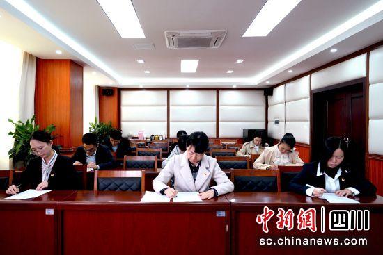 """江阳区纪检监察干部正在进行""""党史微测""""。"""