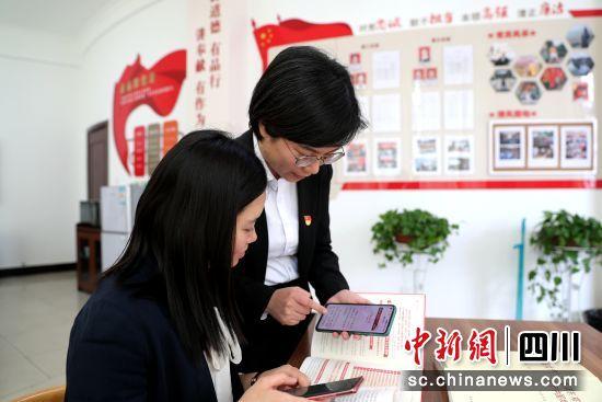 """江阳区纪检监察干部借助""""党史微学""""微信群随时随地学党史。"""