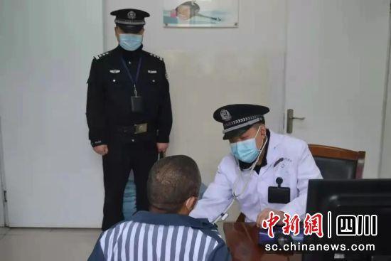 川西监狱将罪犯何某送往医院治疗。四川省川西监狱供图