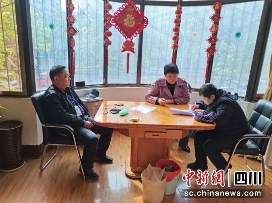在广元,公证员为老人办理公证业务。四川省司法厅供图