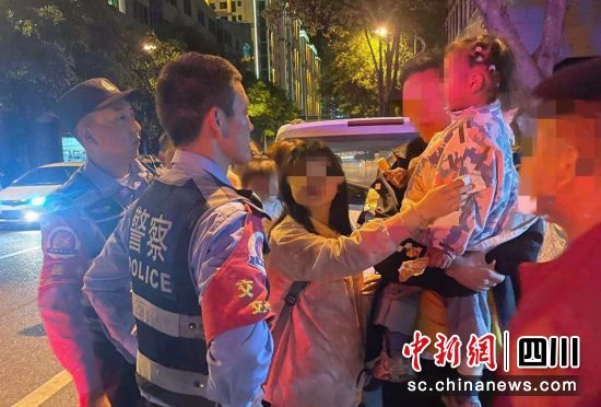 民警帮助走失小女孩找到家人(石棉警方 供图)