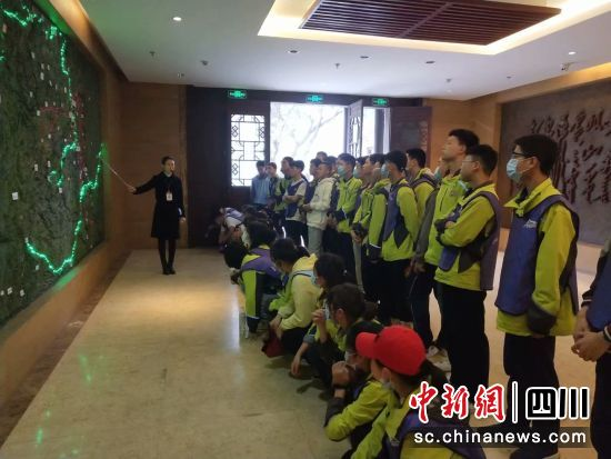 讲解红军长征路线图,追忆红军长征精神。四川省文化和旅游厅 供图