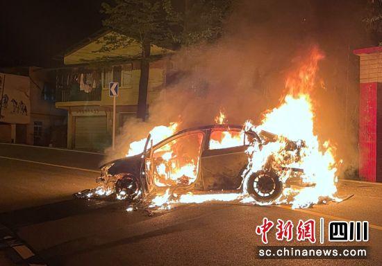 事故现场自燃的轿车。何红利摄