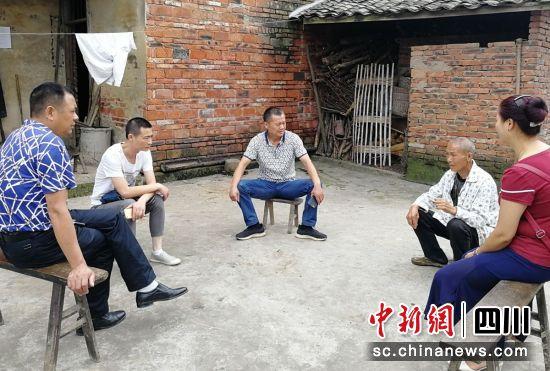 入户听取居民意见(荣县民政 供图)