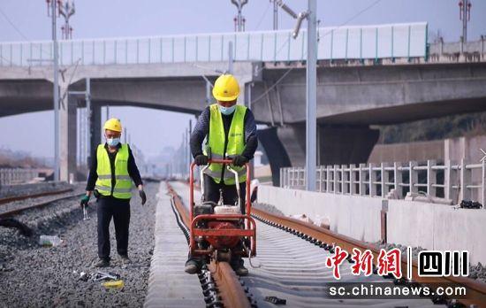 工作人员正在紧固扣件。王鑫雪摄