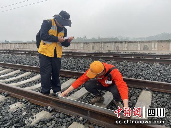 工作人员正在进行钢轨接头平直度检查。王鑫雪摄