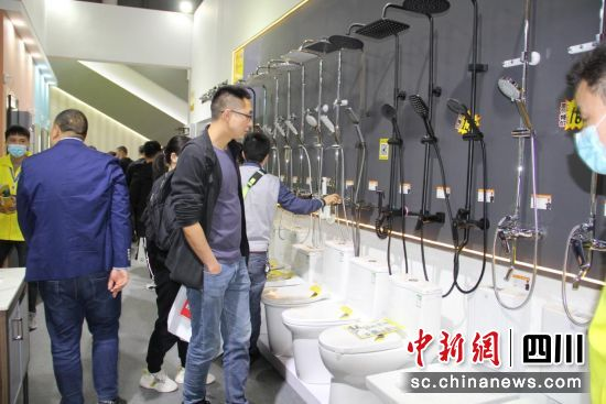 第二十一届中国成都建博会吸引市民。