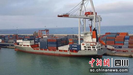 4月12号上午,装载着厄瓜多尔项目所需化工及配件的货船从从天津港驶离。曾艳 摄