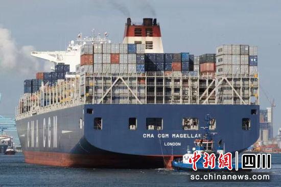 货船从天津港出发现场。曾艳 摄