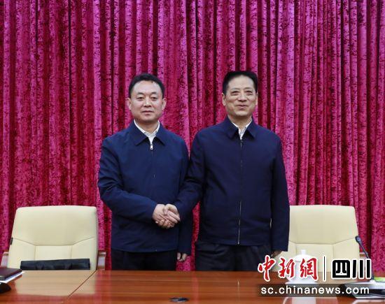 领导干部大会上沈阳与刘成鸣(右)亲切握手。