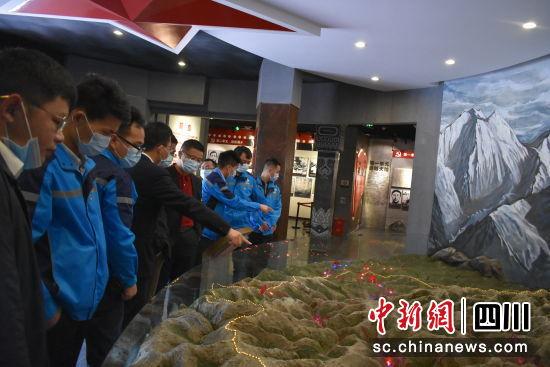 参观红军长征翻越夹金山纪念馆。(上海宝治 供图)