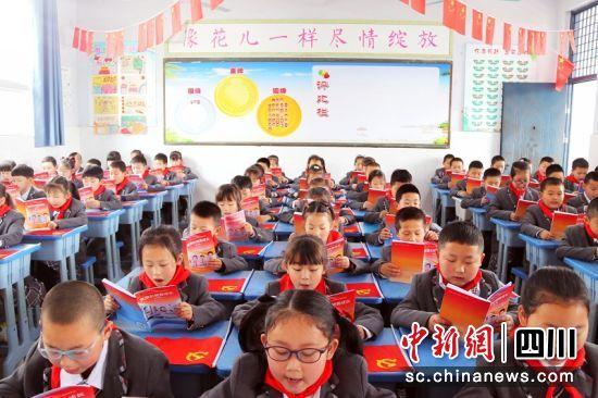 建设路小学孩子们阅读《党旗引领我成长》。廖桂华 摄