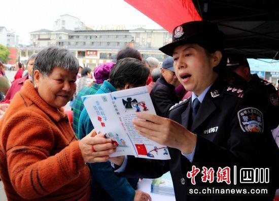 工作人员给群众讲解国家安全知识。廖桂华 摄