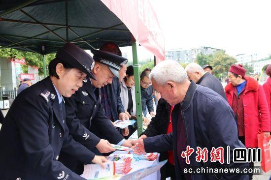 工作人员向老百姓发放《国家安全法》宣传资料。廖桂华 摄