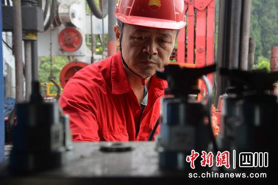 徐云正在修理岗位上。马俊斌 摄