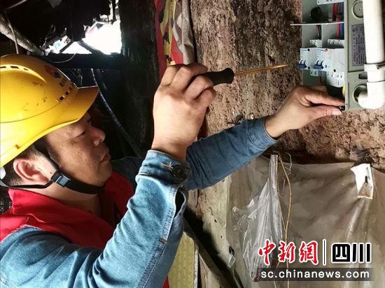 王燕鸣为用户更换漏电保护器。单毅夫 摄