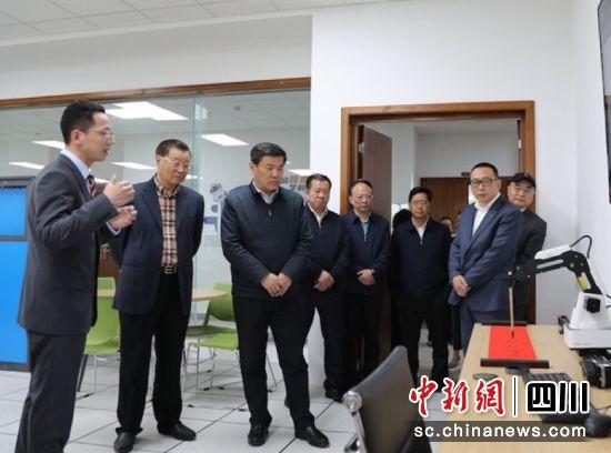 四川省副省长罗强一行到锦城学院考察调研。宣景容 摄