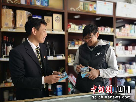烟草公司客户经理向罗尔依甲介绍卷烟品牌信息。