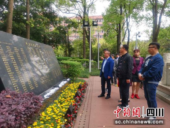 利州区流动党员在重庆歌乐山烈士陵园参观。何祥斌摄