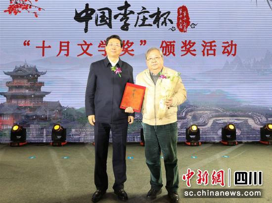 吉狄马加领奖。杨晓川 摄