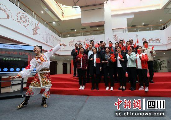 红歌中的党史互动课堂。王磊摄