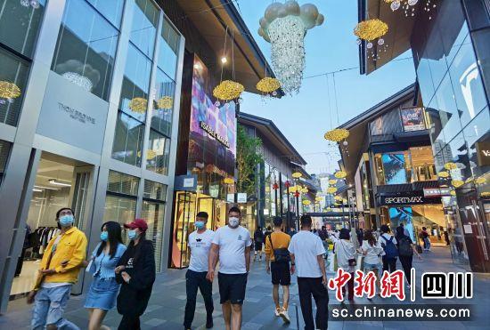 成都商业街区的时尚生活。王磊 摄