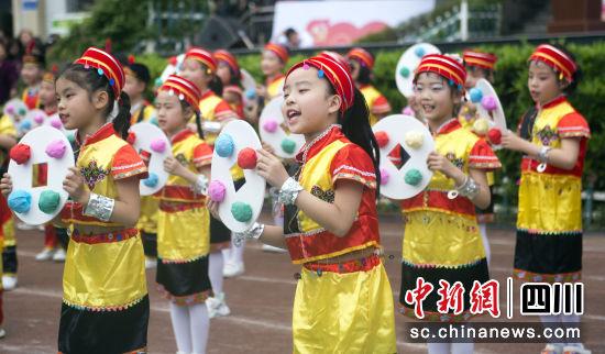 """蓬安县实验小学的学生们身着民族服装参加""""民族一家亲 同筑中国梦""""主题活动。刘永红 摄"""