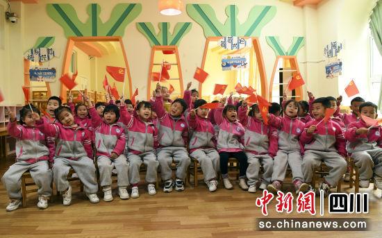 南充市蓬安县城东幼儿园的孩子们在唱红歌。刘永红 摄